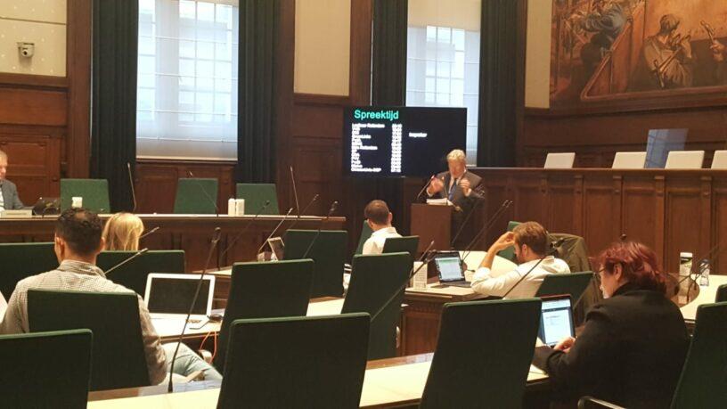 Voorzitter Blokhuizen op 30 juni in de Rotterdamse gemeenteraad (foto: Margreet Hovenkamp)